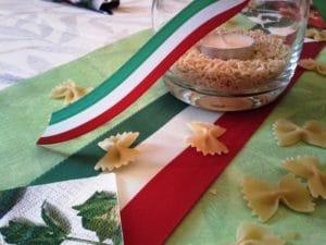 italienische Tischdeko mit Nationalband Italien um ein Teelichtglas und als Tischband